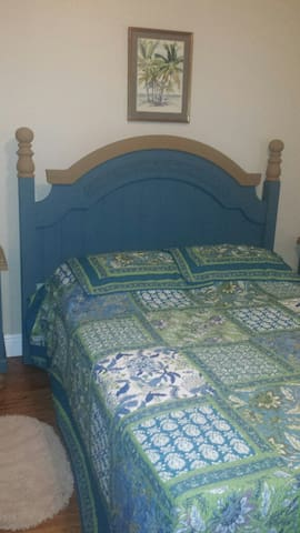 Inside room with a Queen bed - Sebring - Hus