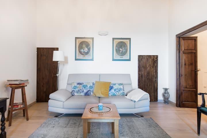 Sobrio e spazioso appartamento in palazzo d'epoca
