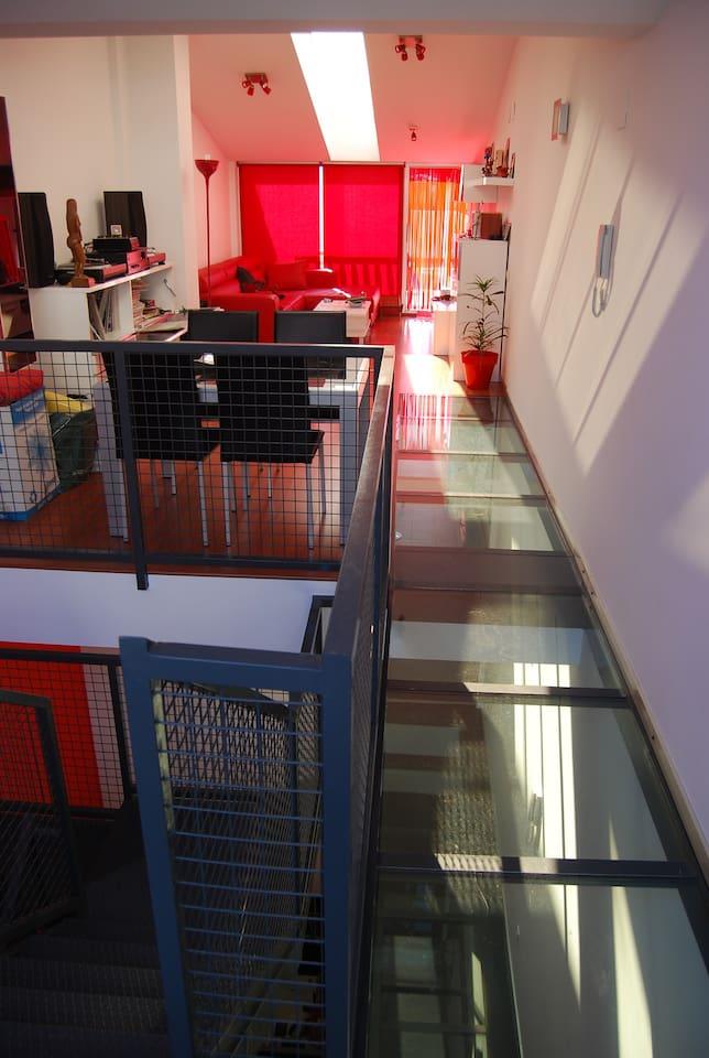 El living room en la buhardilla de la casa, muy luminoso, con 2 terrazas, una con yacuzzi.