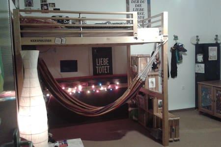 Zimmer in ruhiger Wohngemeinschaft mit Hängematte - Mönchengladbach - Appartement