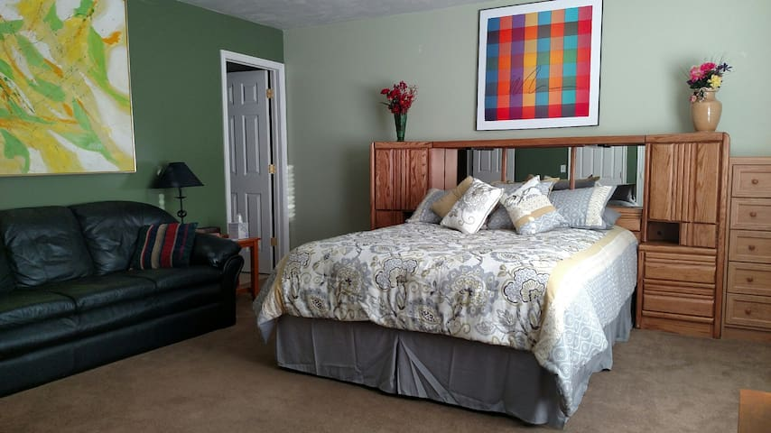 Private Master Suite near park and downtown