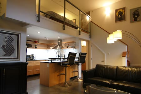 Downtown loft, huge private patio. - Victoria - Loft