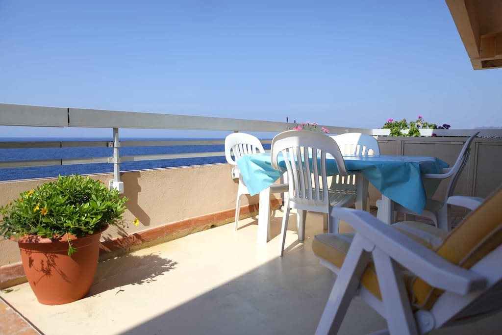Terrasse, vue sur la baie de Calvi