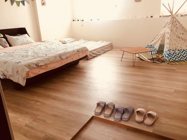 房間內請脫鞋,或穿著乾淨的室內鞋