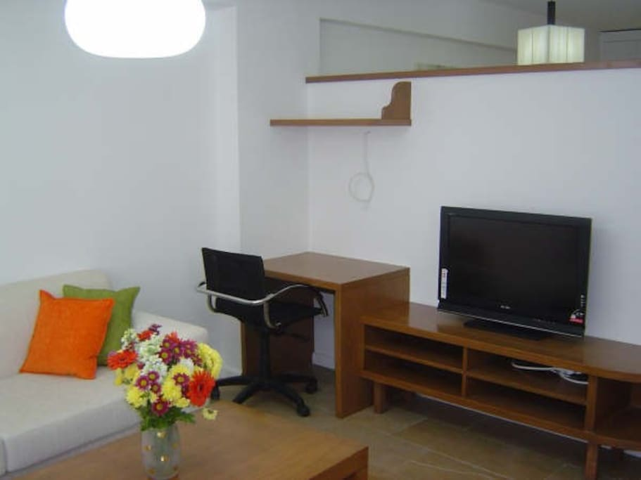 Calisma masası ve 82 ekran Lcd televizyonunuz. Uydu baglantısı ve ucretsiz Wi-Fi Internet baglantısı ile