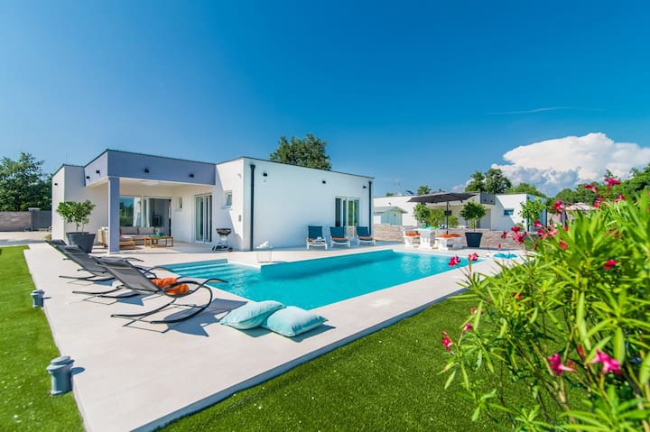 Modern 3 bedroom villa with pool / Florentina