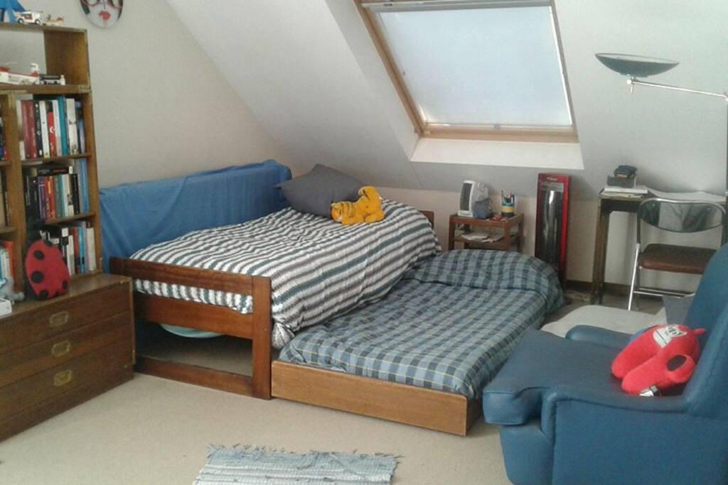 El dormitorio con su escritorio y su sillón.