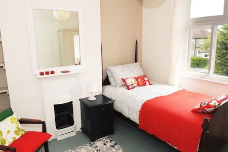 A lovely clean, bright, single room in a friendly house, this room would suit for either a short term visit or we are happy to have longer term guests as well