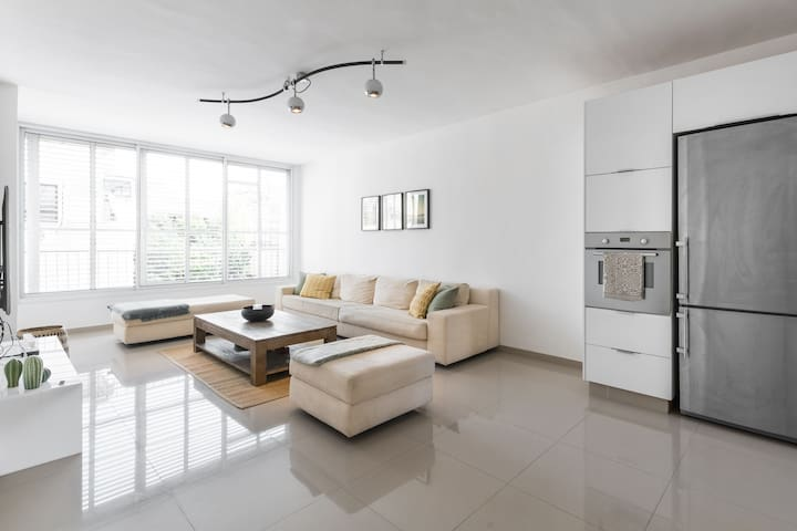 Sunny and modern 2 BDR close to the beach