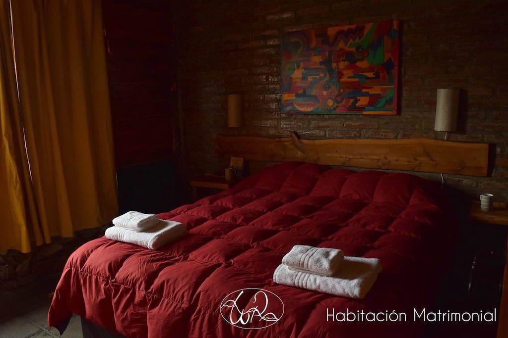 Habitación con cama matrimonial - estufa a gas y grande ventanas, con hermosas vistas