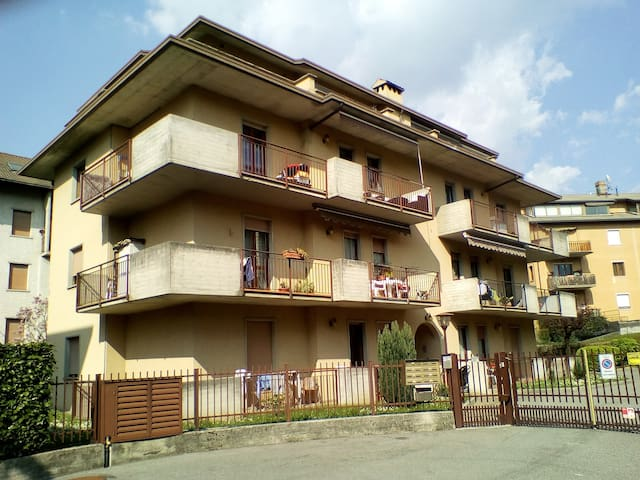 Grazioso appartamento/mansarda con ampio terrazzo - Clusone - Daire