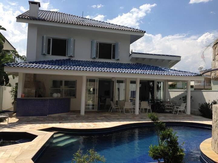 Casa em Riviera com piscina próximo a praia.