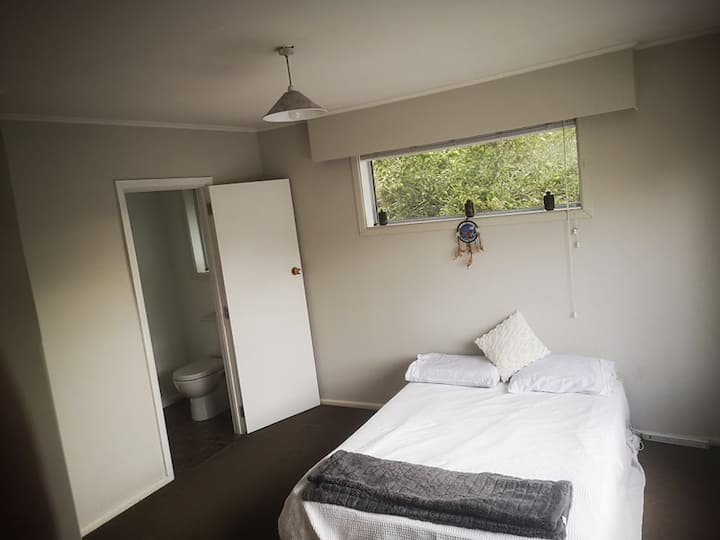 Cosy ensuite room close to airport