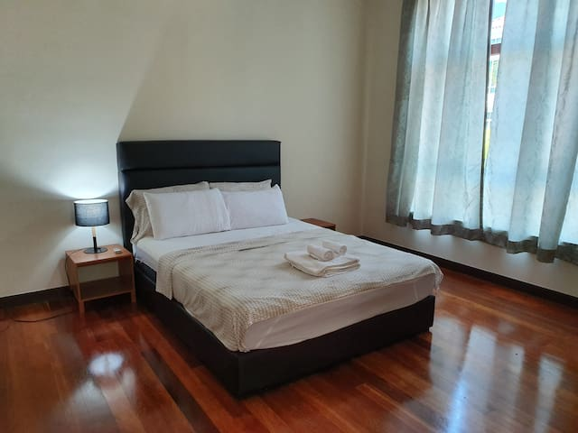 Cozy Spacious Ensuite Room. 100 mbps internet