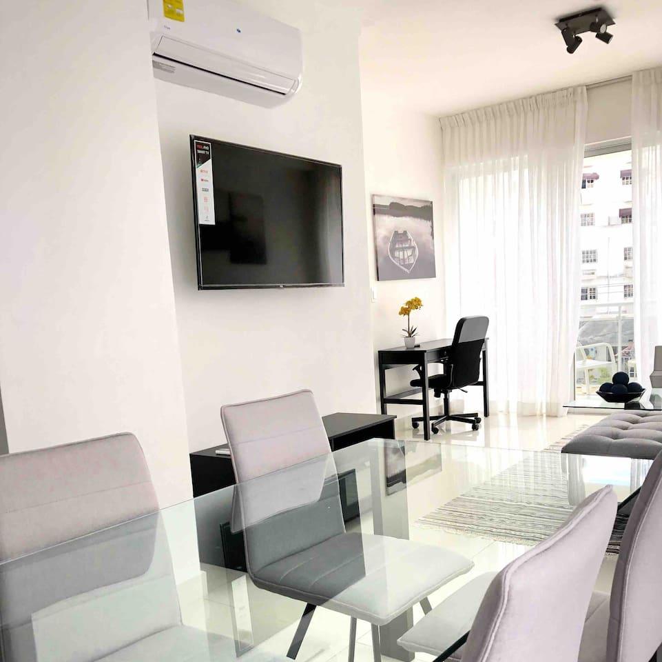 Comedor con aire acondicionado televisor y sala