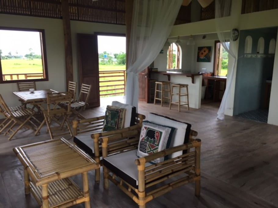 Bamboo bungalow surrounded by rice paddies bungalow in for Interior design di bungalow artigiano