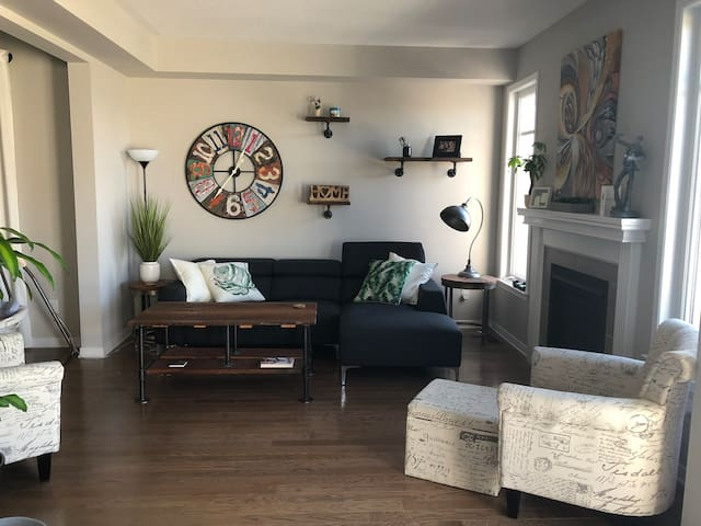 Large 2300 sq ft home in Kanata South (2 bed)