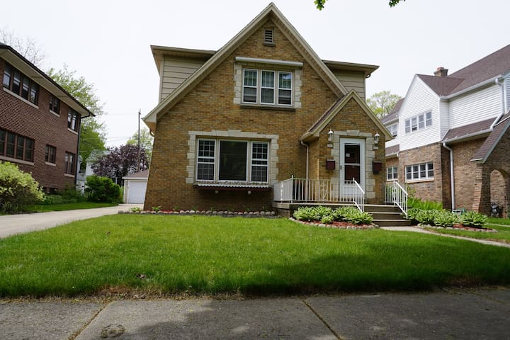 Charming Wauwatosa Home Near Miller Park/Village - Wauwatosa - Apartment