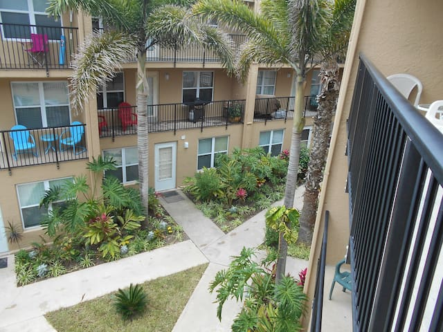 2 BR,POOL,WIFI, WALK TO CLAYTON,(S.BREAK CONCERTS)