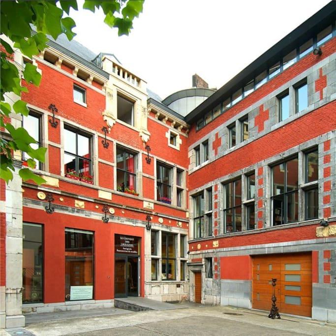 Extérieur, orienté sud-ouest - coté droit de l'immeuble