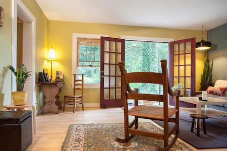 Lucky W Cottage-city and country! - Asheville - Guesthouse