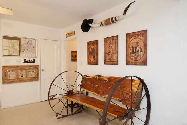 The Wild, Wild West Dallas Backpacker's B&B - 2