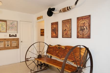 Wild, Wild West Backpackers - Irving - Bed & Breakfast