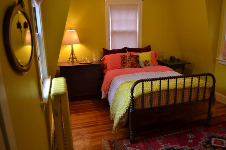 Bright & Cozy Guest Bedroom - Pittsfield - Hus