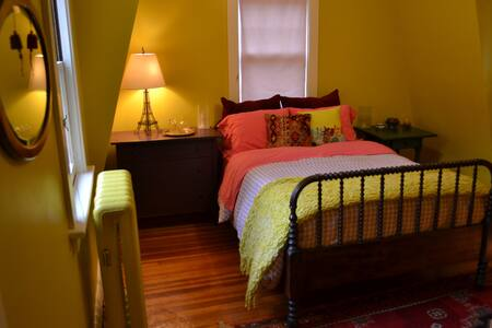 Bright & Cozy Guest Bedroom - Talo