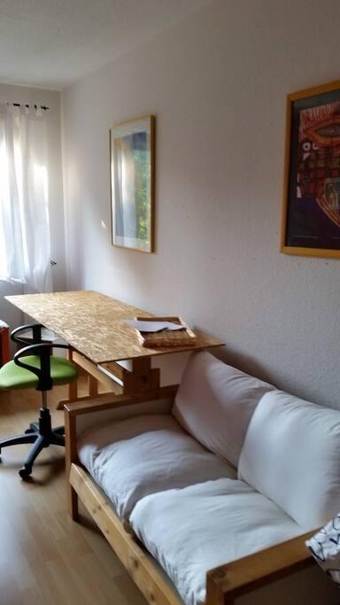 großes Tisch, gemütliches Sofa