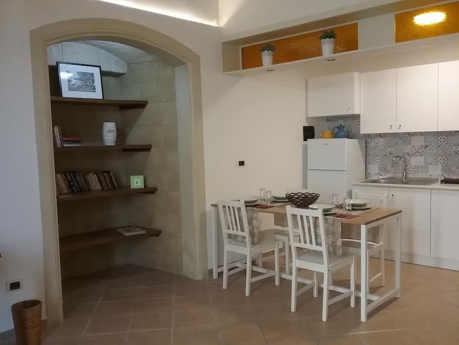 """Zona pranzo con cucina ed accessori """"no gas""""tutto elettrico"""