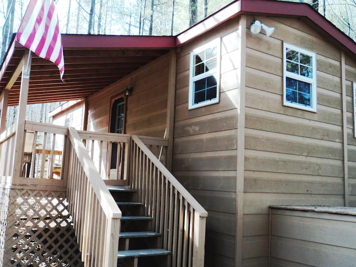 Our Tiny Cabin - Quiet & Clean 5 miles to downtown