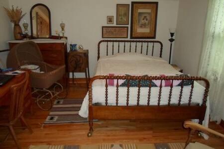 Cozy Cape Cod - North Bedroom - Ames