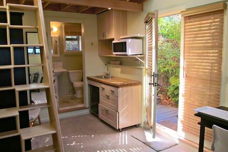 Studio Loft: Bright, Clean, Cozy - サンタバーバラ