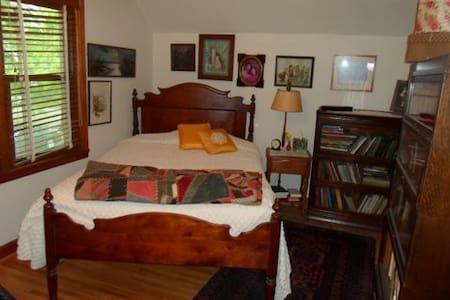Cozy Cape Cod - South Bedroom - Hus