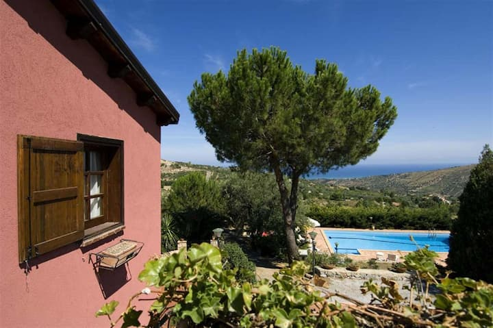 Cosy apartment in villa for 4 people with pool, WIFI, A/C, TV, terrace and parking, close to Cefalù