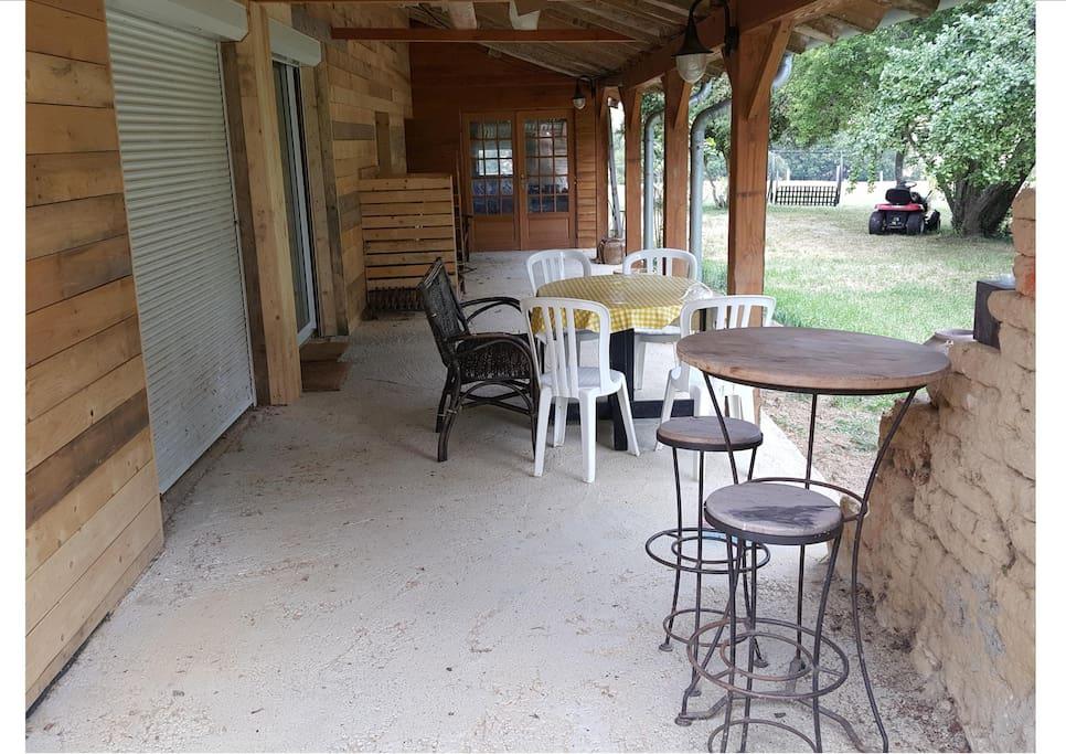 Grande terrasse couverte de 40 m2 à proximité de la cuisine.