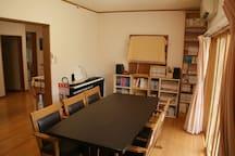 Living room with lots of cartoons 漫画もたくさんあるリビングルーム