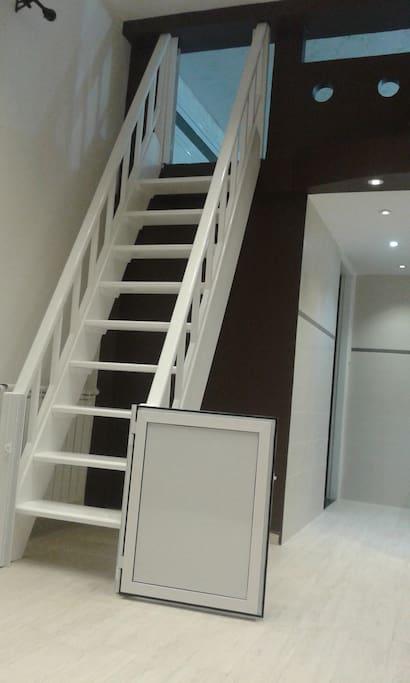 escalier d accès à la mezzanine avec portes pour la sécurité des jeunes enfants