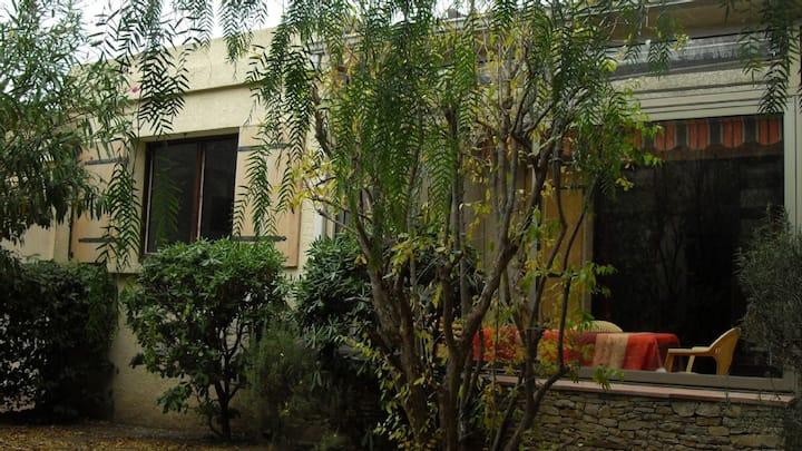 Pavillon dans village gardé LE BRUSC