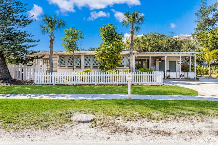 Location 3 Bed Cottage 1 block to SiestaKey beach