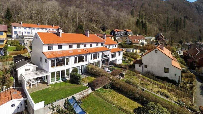 Barnevennlig enderekkehus m utsikt - Bergen - Huis