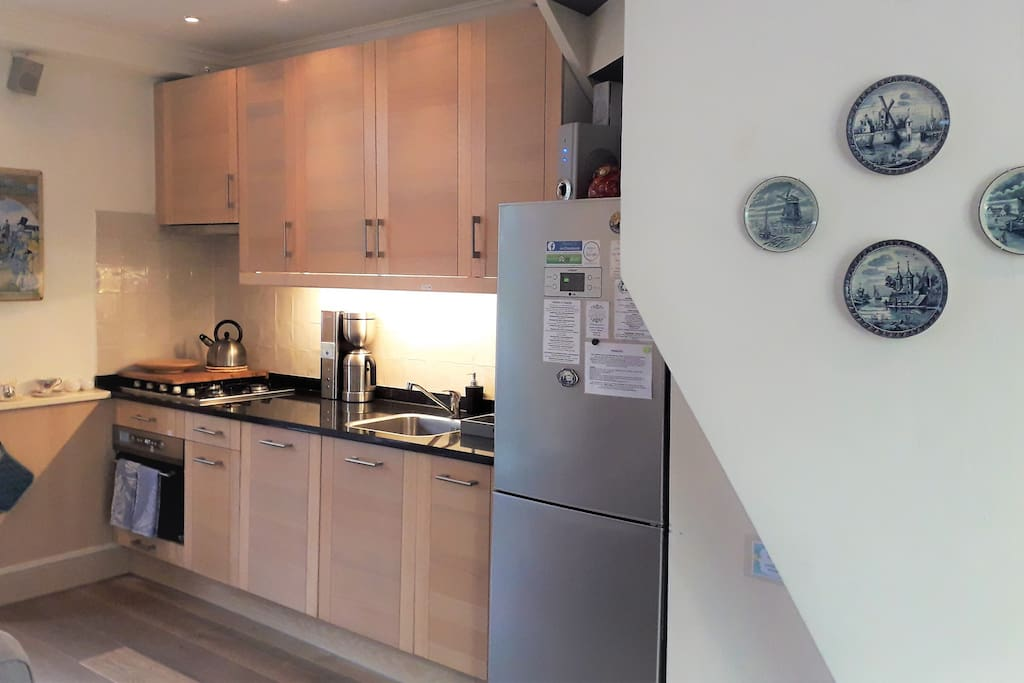 Modern and fully-equipped Kitchen, with everything you need (toaster, kettle, coffee maker, teapot, oven, microwave, dishwasher)
