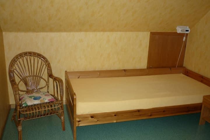 Helles Zimmer mit Küche und Bad (2)