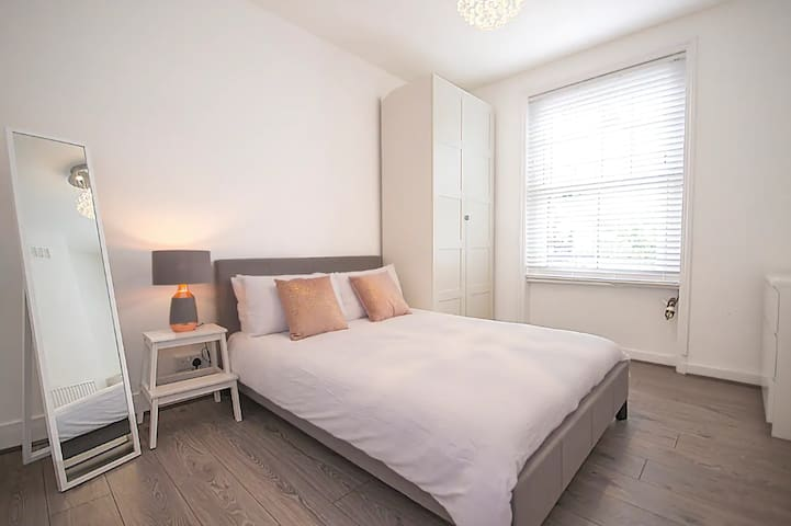 OL2 Bright Bedroom in Central London