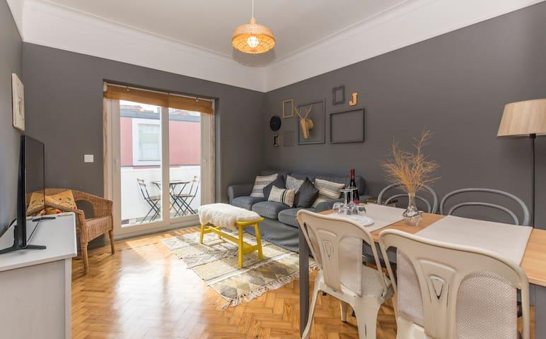 Stay like a local @ Stylish Almada Apartment
