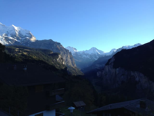Beautiful 4 bedroom chalet with outstanding views - Lauterbrunnen - Almhütte