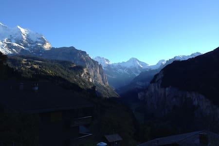Beautiful 4 bedroom chalet with outstanding views - Lauterbrunnen - Bungalo
