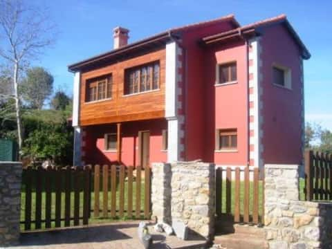 Casa Roja. Bonita casa en Ribadesella, 3 hab