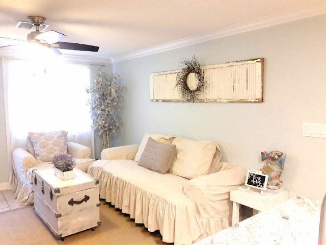 Newly renovated only minutes away from the beach!!